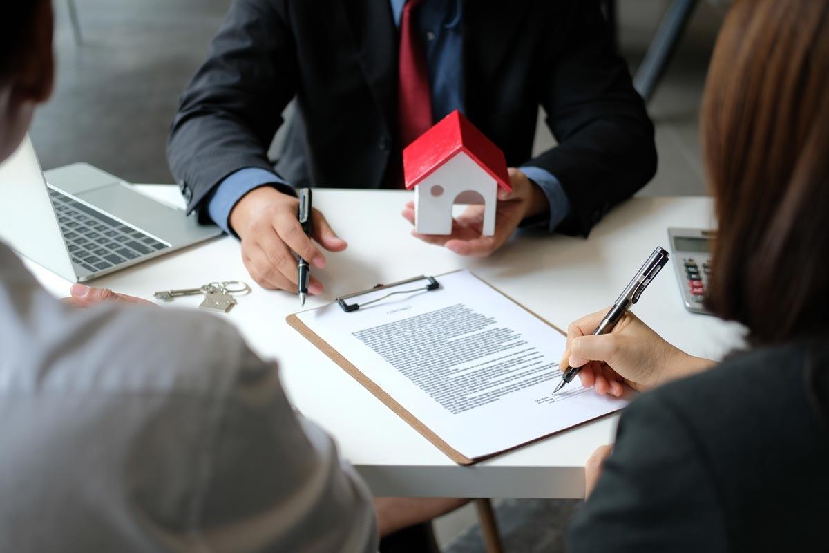 Construire une maison en bois : Quels types de contrats et assurances choisir ?
