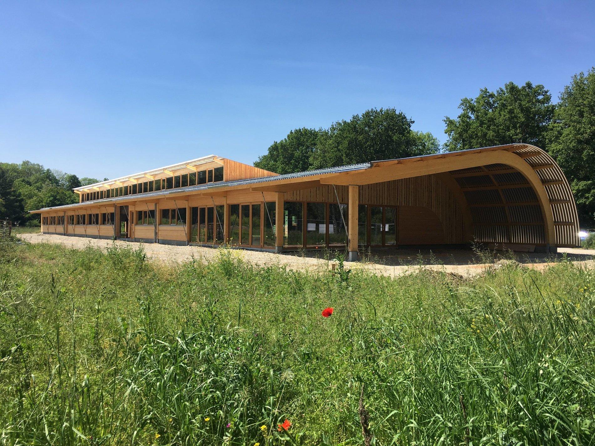 Le hangar bioclimatique en bois d'une exploitation maraîchère en agriculture biologique