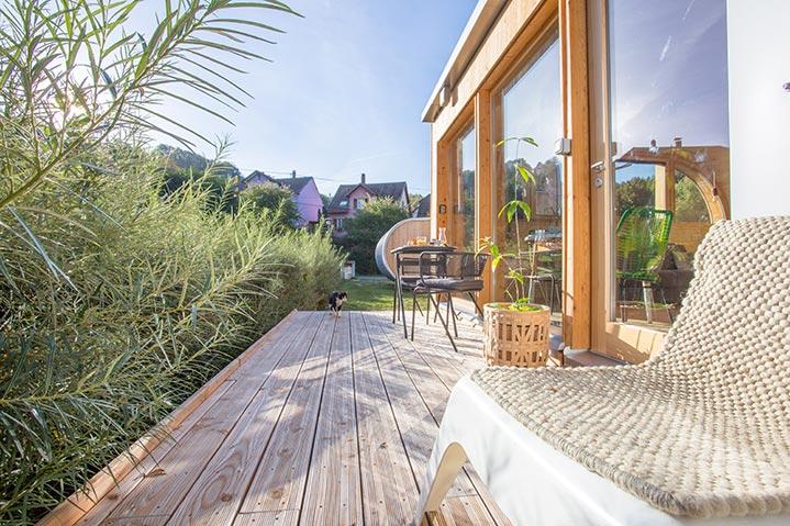 Une terrasse toute en longueur sur le flanc de cette habitation