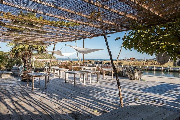 Un bar-terrasse en bois pour une ambiance chaleureuse assurée.