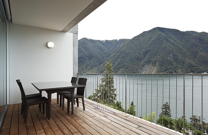 Un balcon-terrasse en bois au coeur de la montagne.