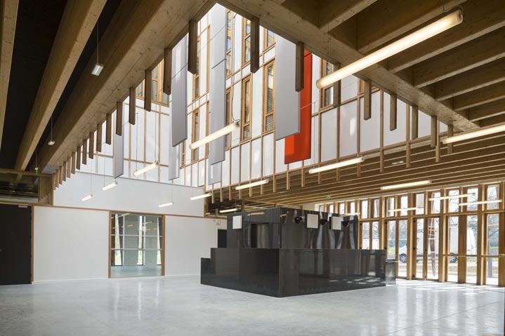 Le hall d'entrée d'un superbe bâtiment bois.