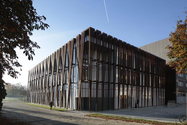 Un bâtiment en structure bois et habillage bois et verre.