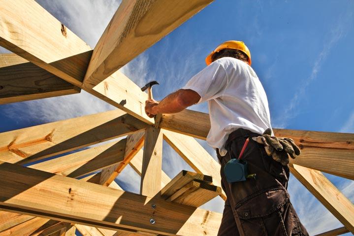Un charpentier en action