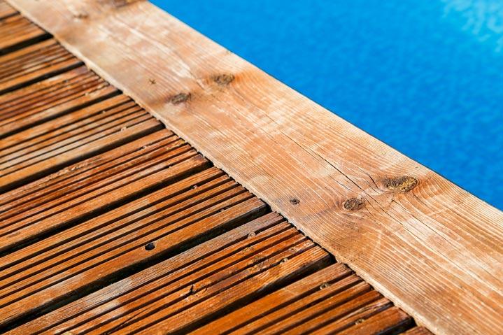 Deck de piscine en bois