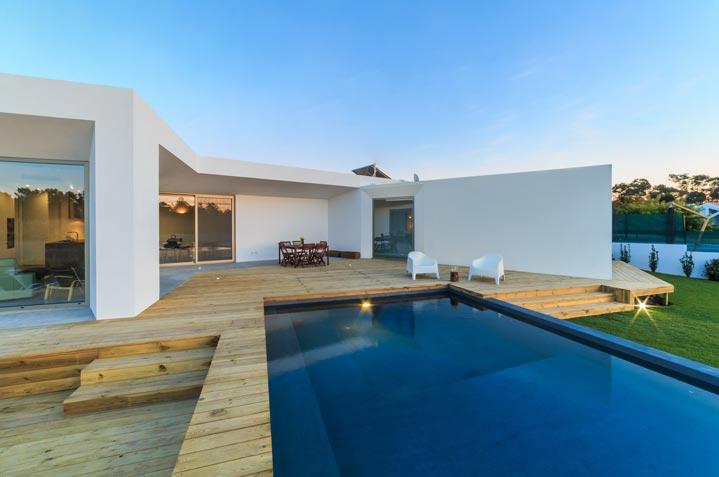 Une superbe piscine intégrée à une terrasse bois