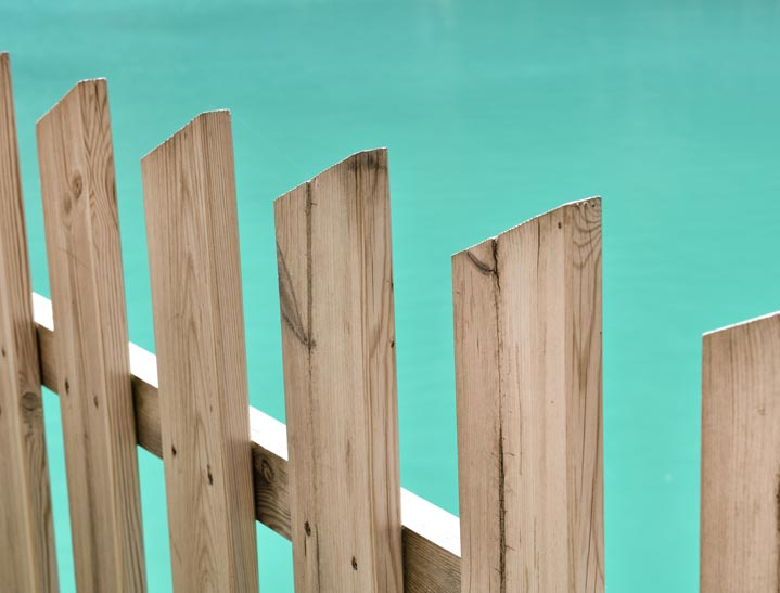 Clôture bois pour une piscine sécurisée