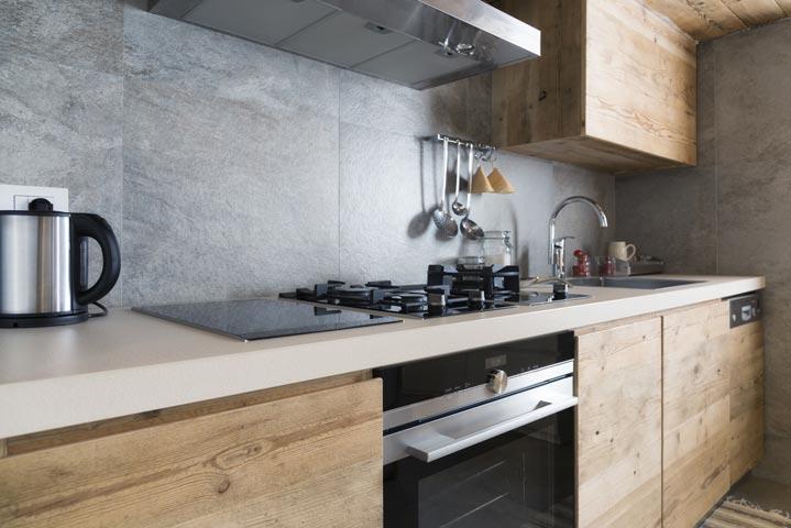Façades de cuisine contemporaine en bois brut