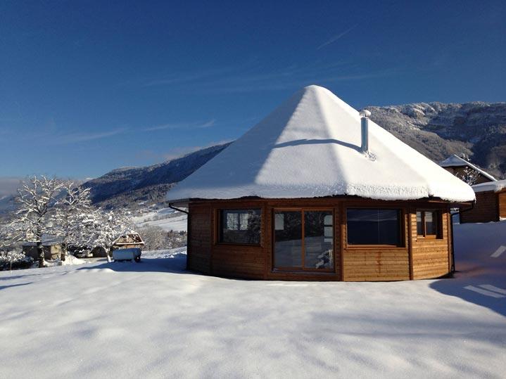 Maison bois sous la neige