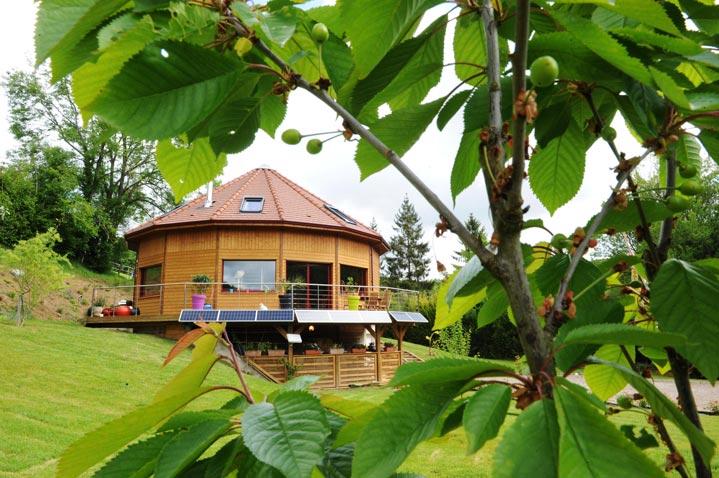 Maison bois ronde sur terrain en pente