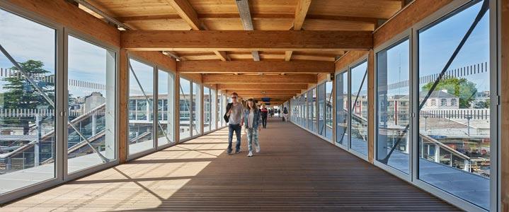 Photo de la passerelle en bois de la Gare de Lorient