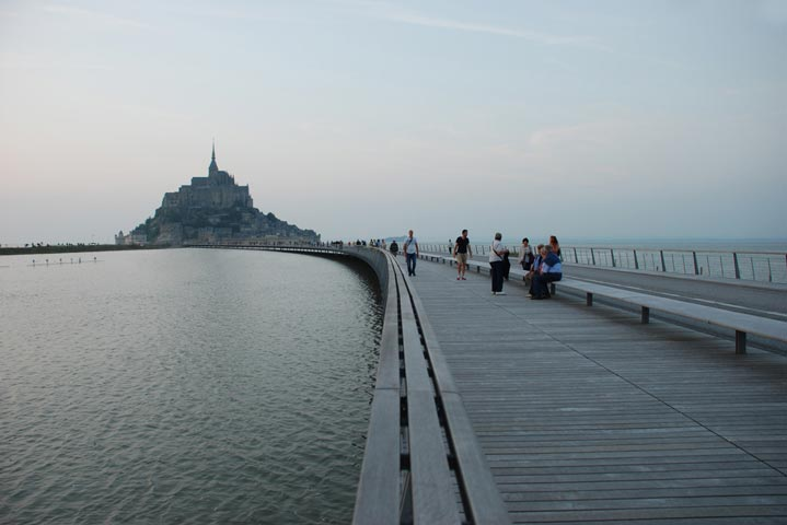 Photo de la jetée du Mont-Saint-Michel à marée haute.