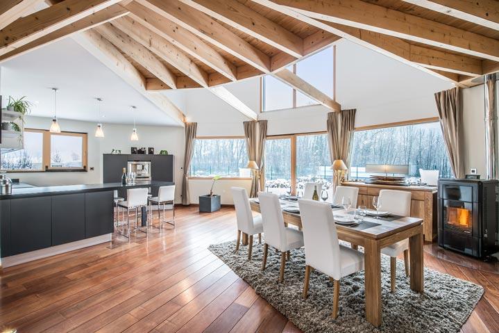 Une maison bois moderne avec éléments de charpente apparents
