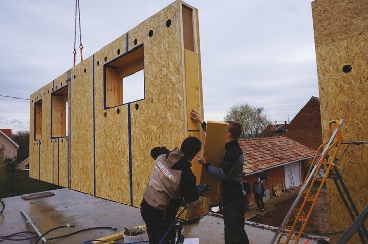 Gruttage du panneau d'ossature bois sur le chantier