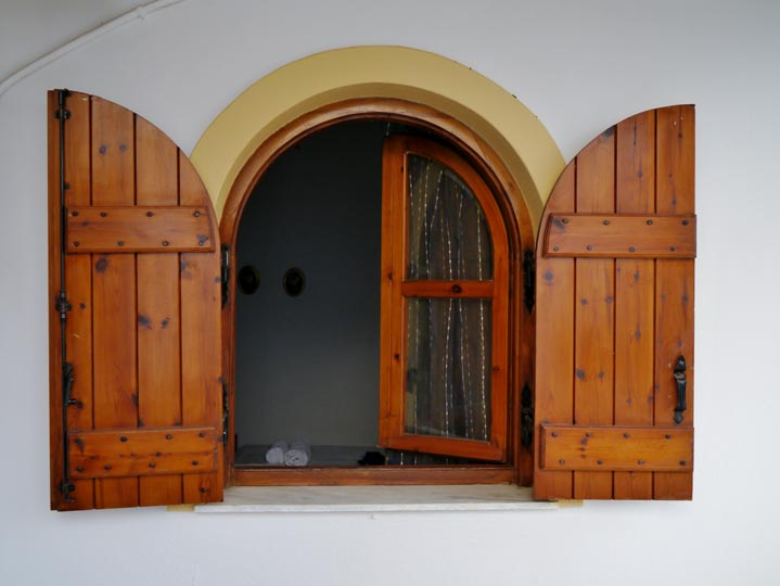 Exemple de fenêtre bois sur mesure avec demi rond sur la partie haute
